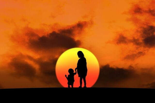 夕日と親子